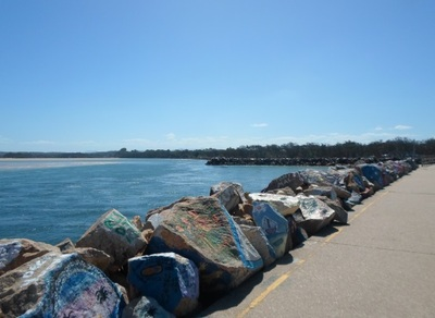 nambucca heads v-wall, nambucca vee wall, painted rocks at nambucca